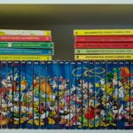 Ein Regalfach, gefüllt mit Lustigen Taschenbüchern. Auf den Buchrücken ist ein Bild mit diversen Comicfiguren von Walt Disney abgebildet.