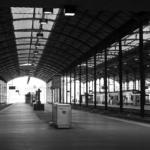 Perrons und Gleise im Bahnhof Luzern in Schwarz-Weiss.