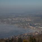 Sicht von oben auf den Zugersee, die Stadt Zug und die Umgebung.