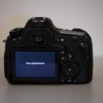 Auf dem Display des schwarzen Fotoapparates steht: «Keine Speicherkarte»