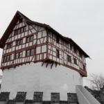 Auf dem Foto ist eine Burg. Der untere Teil ist weiss gemauert, der obere Teil ist ein Fachwerkbau.