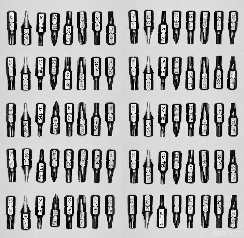 Auf dem Bild sind Bits (Schraubendreherklingen) abgebildet, die in Achtergruppen Bytes bilden. So bilden die 80 Bits, zehn Bytes. (Binärer Text: 01001001 00100000 01001100 01001111 01010110 01000101 00100000 01001001 01010100 00100001)
